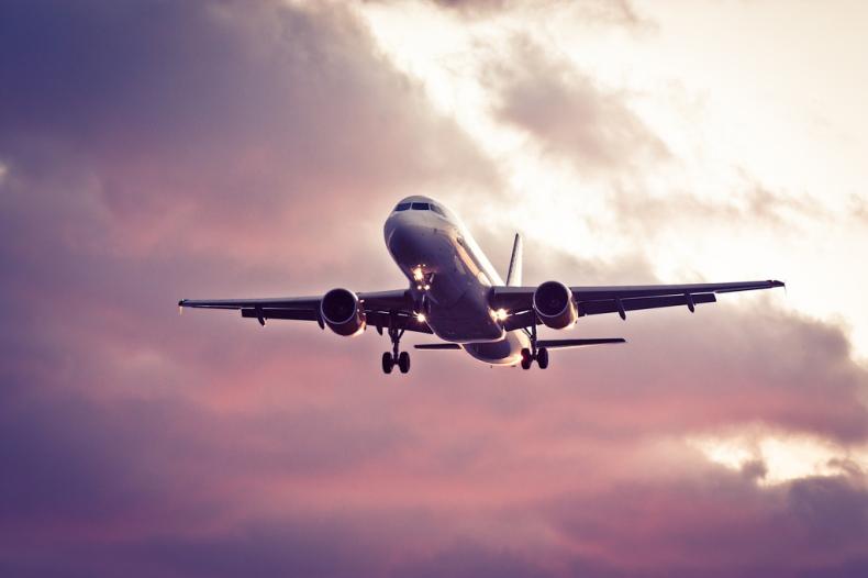 Resultado de imagem para avião decolando céu rosa