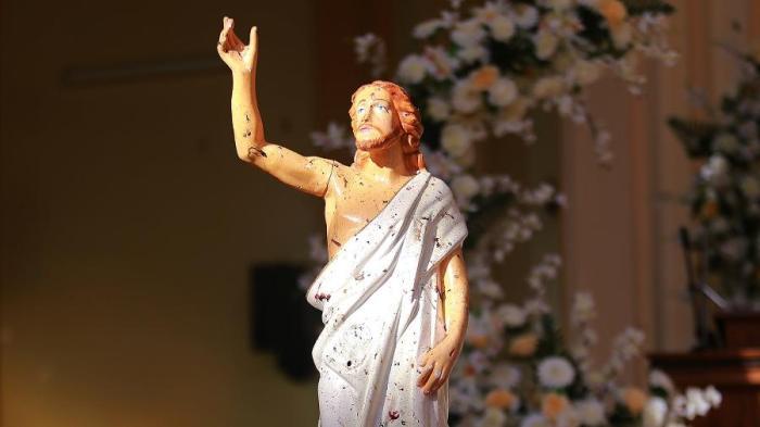 manchas-de-sangue-se-espalham-numa-estatua-de-jesus-cristo-em-igreja-em-negombo-no-sri-lanka-que-foi-atacada-por-homem-bomba-neste-domingo-de-pascoa-1555873825855_v2_900x506
